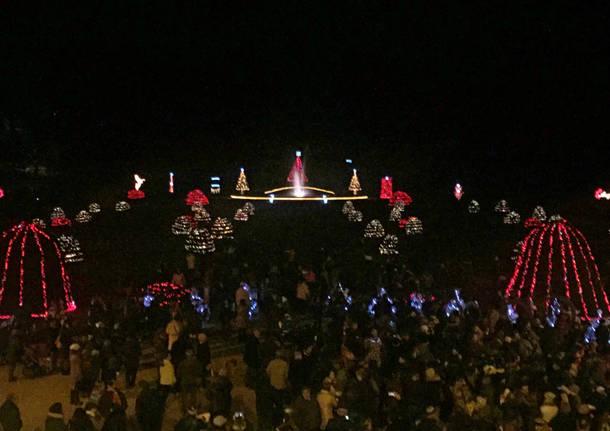 Si accendono di rosso le luci di Natale ai Giardini Estensi