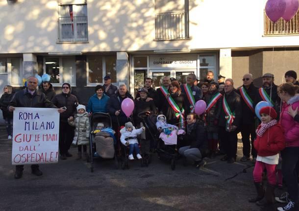 La protesta delle mamme per l'ospedale di angera