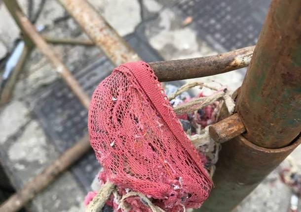 Le pompe intasate dai rifiuti a Porto Ceresio