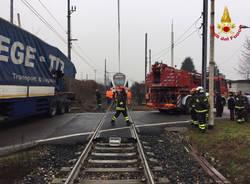 Scontro camion-treno a Ternate