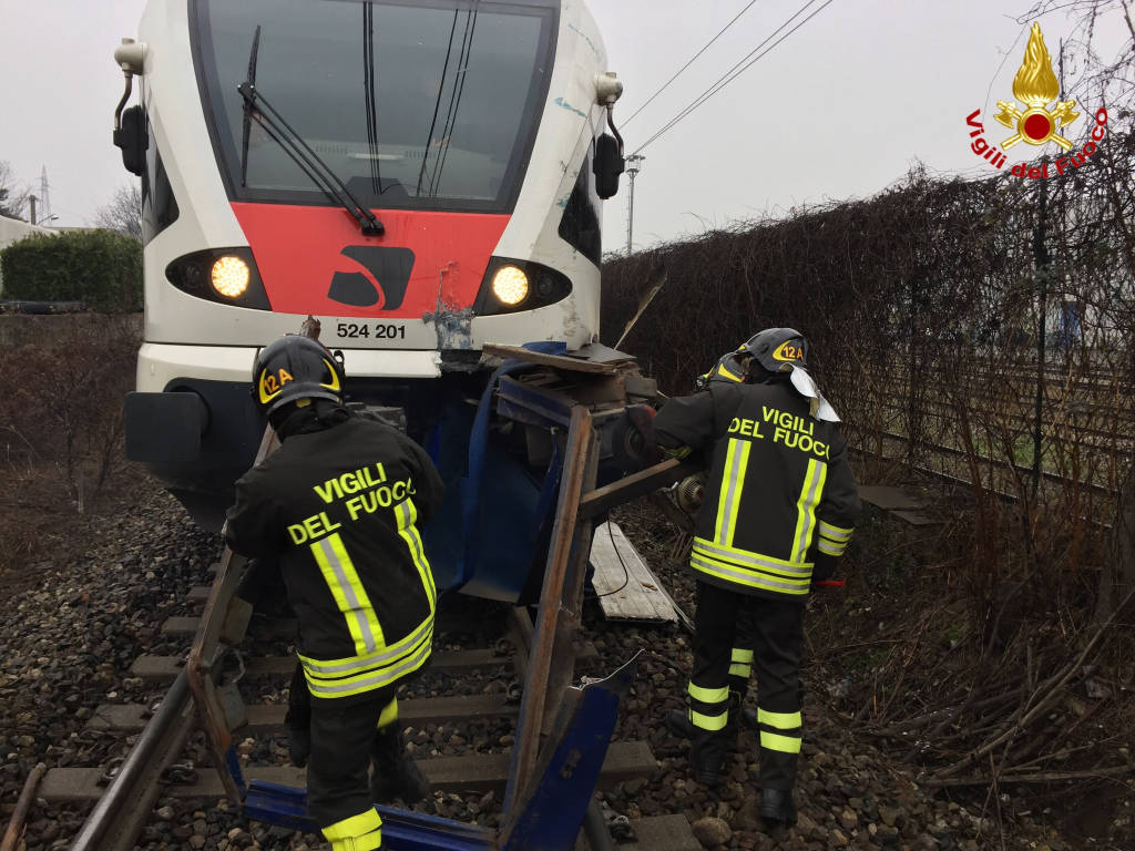 Treno contro camion, l'intervento dei vigili del fuoco