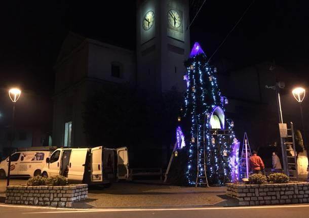 Un superalbero di Natale a Travedona Monate