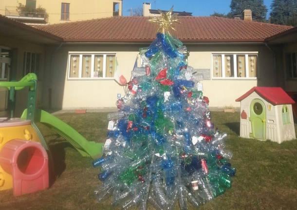 Un albero di natale direttamente da ecolandia for Addobbi di natale per bambini scuola infanzia
