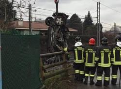 Vigili del fuoco rimuovono l'auto dai binari a Somma Lombardo