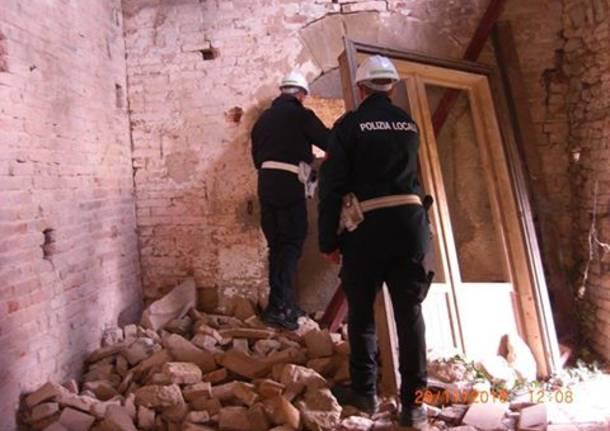 agenti di polizia locale nelle one del terremoto
