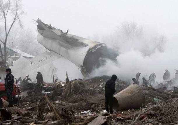 Aereo da carico turco precipita sulle case: almeno 36 morti in Kirghizistan