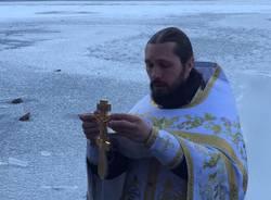 Il battesimo ortodosso nel lago ghiacciato