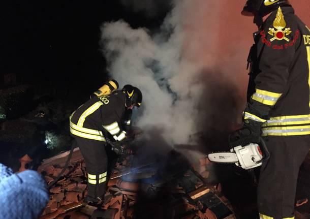 A fuoco tetto a Cocquio Trevisago
