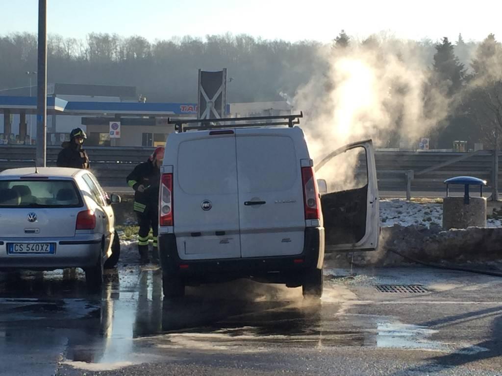 Incendio furgoncino nell\'area sosta di Castronno