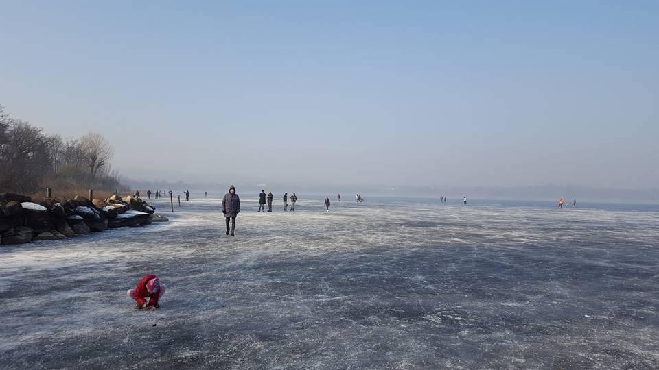 Cazzago Brabbia, in gita sul lago ghiacciato