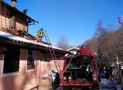 In fiamme il tetto di un'abitazione