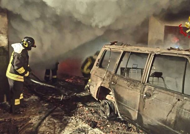 Incendio a Bardello, auto in fiamme