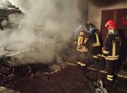 Incendio a Bardello, auto in fiamme