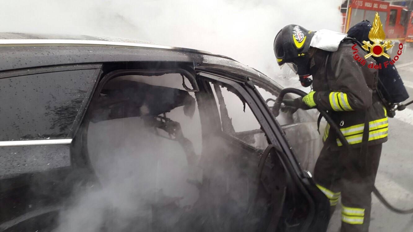 Auto in fiamme in autostrada