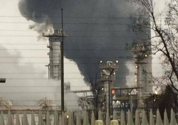 Nuovo incendio alla raffineria Eni Mattinata di paura a Sannazzaro