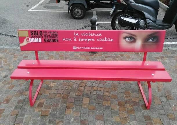 una panchina rossa contro la violenza una panchina rossa contro la violenza