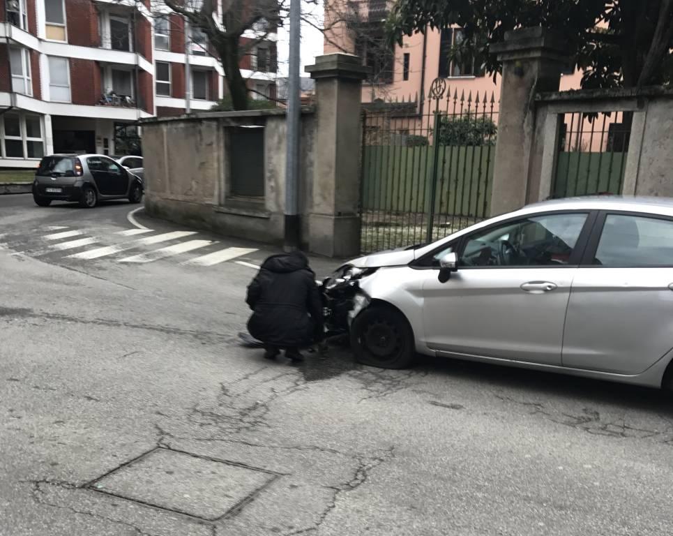 scontro fra auto e bus in via Grandi a Varese