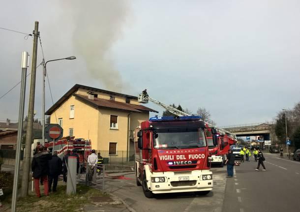 Tetto in fiamme a Buguggiate