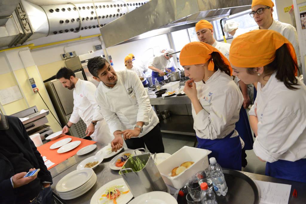 """Chef Garzillo """"sfida"""" i ragazzi del De Filippi"""