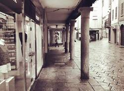 Corso Matteotti a Varese in una domenica di pioggia