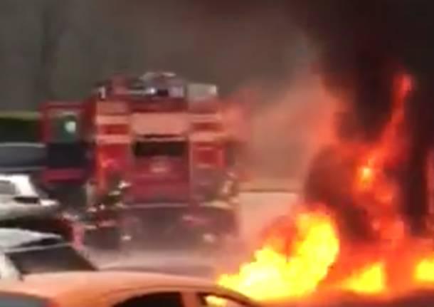 furgone in fiamme malnate