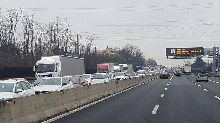 Furgone ribaltato in A8, traffico in direzione Varese