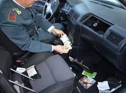 Lingotti d'oro e contanti nascosti nell'auto