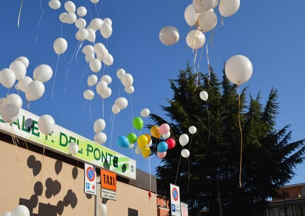 Palloncini bianchi per la giornata mondiale contro il cancro infantile