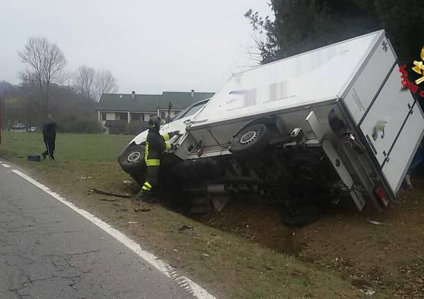 Scontro tra furgone e fuoristrada