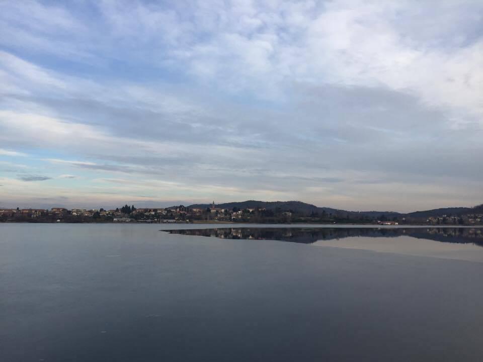Un ultimo sottile strato di ghiaccio resiste sul lago di Comabbio