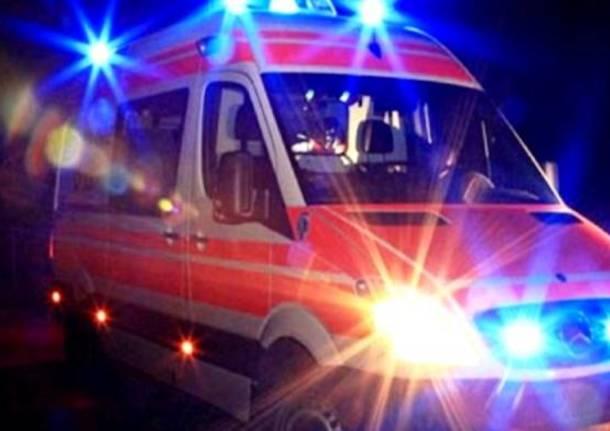 Matrimonio In Ambulanza : Ambulanza in chiesa prima del matrimonio la sposa esce dal portellone