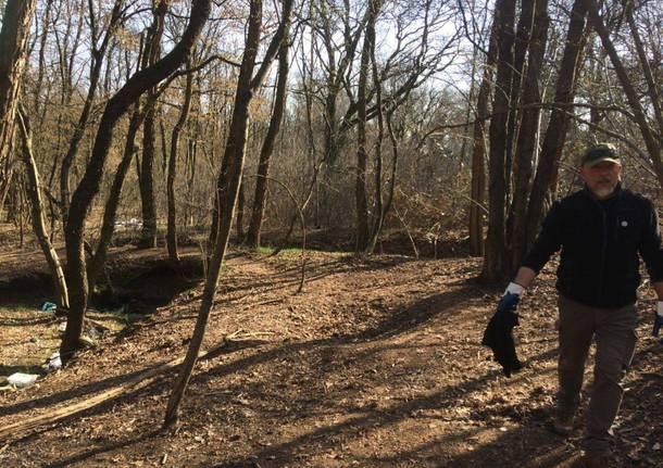 Un centinaio di volontari per ripulire i boschi tra Solaro e Cesate