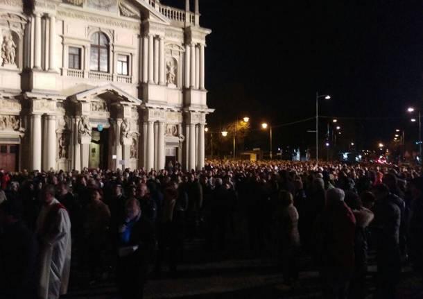 Bagno di folla per la Via Crucis col cardinale