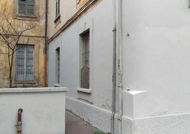 Vernice grigia sui graffiti del Telos dell\'ex centro per l\'impiego