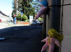 """No alla violenza sulle donne: \""""lo urlano\"""" decine di bamboline in centro"""