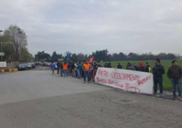 Origgio, presidio al polo logistico contro il licenziamento di 11 lavoratori