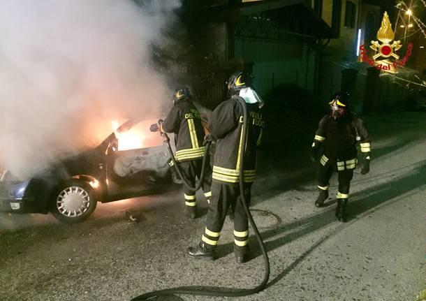 A fuoco un\'auto nella notte