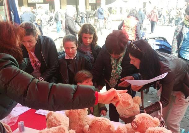 Bimbi-dottori curano in piazza gli orsetti malati