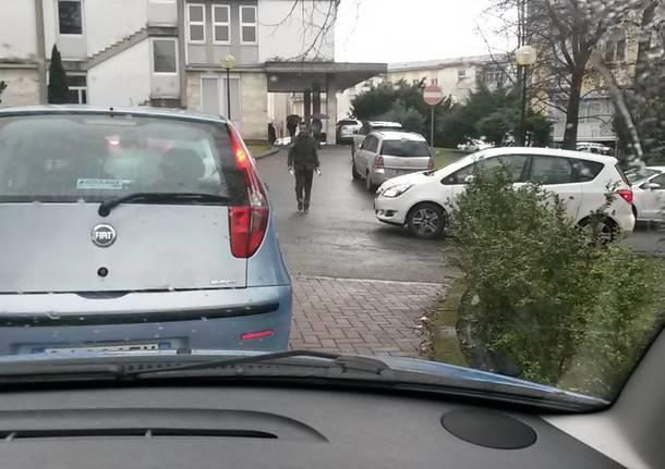 File chilometriche nel parcheggio dell'Ospedale di Circolo