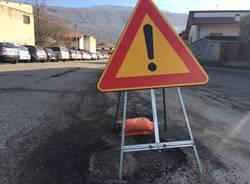 Strade gruviera fuori dalle scuole