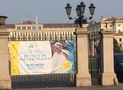 Striscioni di benvenuto per Papa Francesco in lombardia