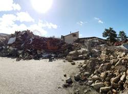 Tra le case distrutte