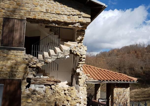 Tra le case distrutte dal terremoto