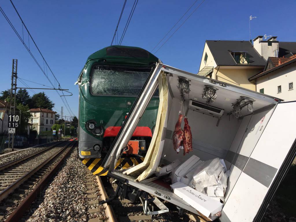Camion con rimorchio travolto da un treno a Gazzada Schianno