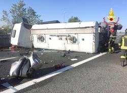 Camion ribaltato sulla tangenziale Nord di Milano