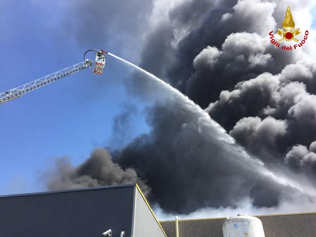 Incendio a Marnate, l\'intervento dei Vigili del fuoco