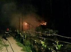 In fiamme il capanno per il barbecue: bruciano anche due piante