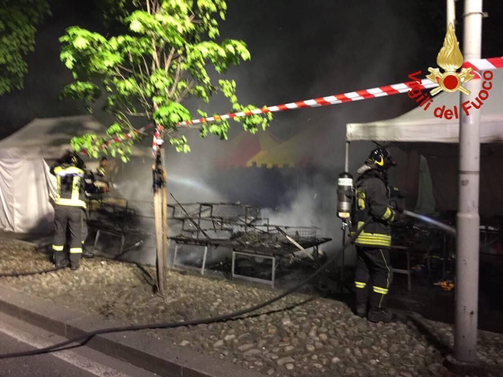 Incendio al mercato pasquale di Como