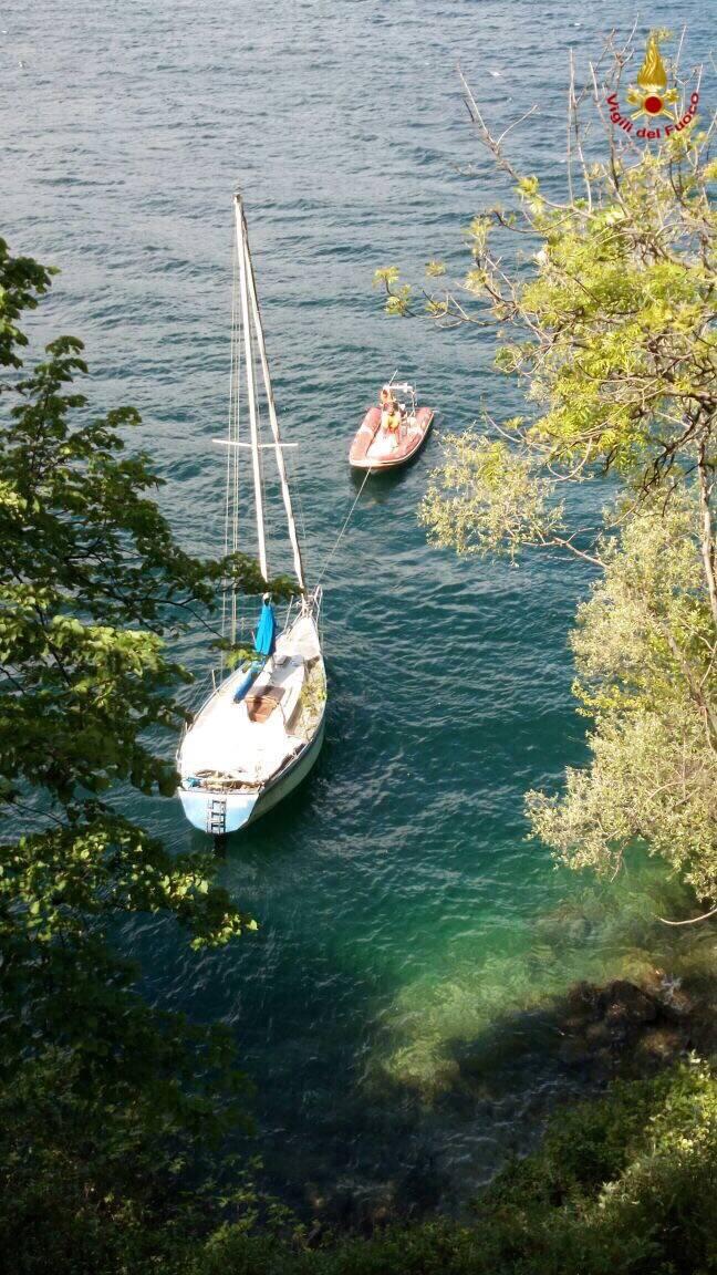 I vigili del fuoco recuperano una barca