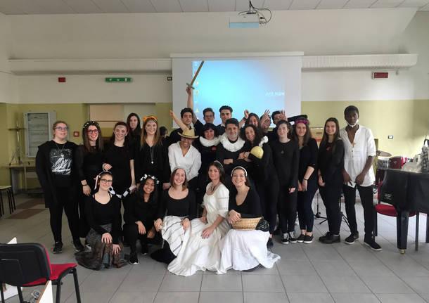 """""""Dia del libro"""": Il liceo Manzoni festeggia Cervantes e Shakespeare"""